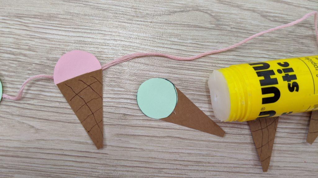 Activité d'été : fabriquer une guirlande de glaces
