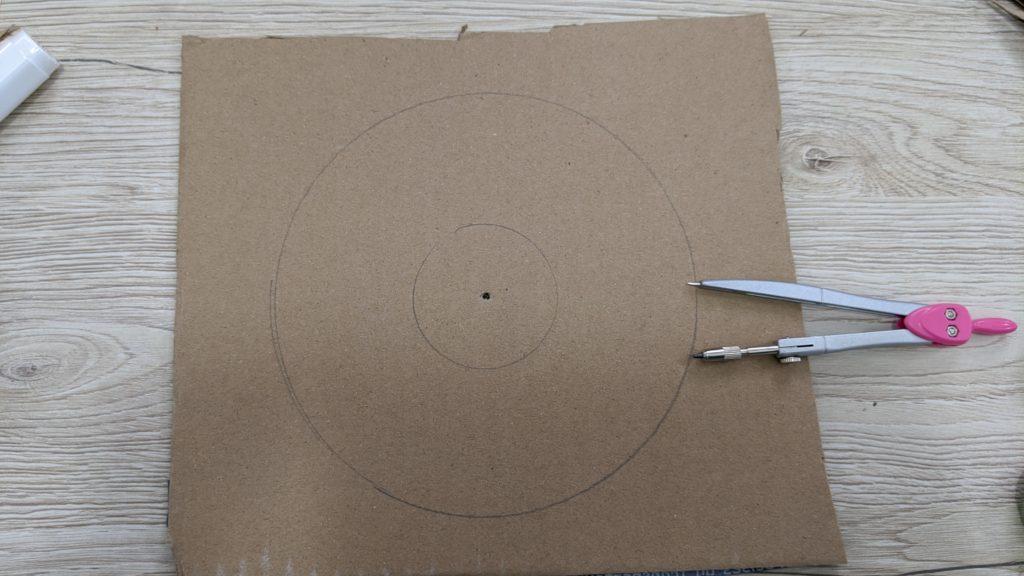 tracer un cercle pour réaliser la base du  Puzzle Montessori Donuts