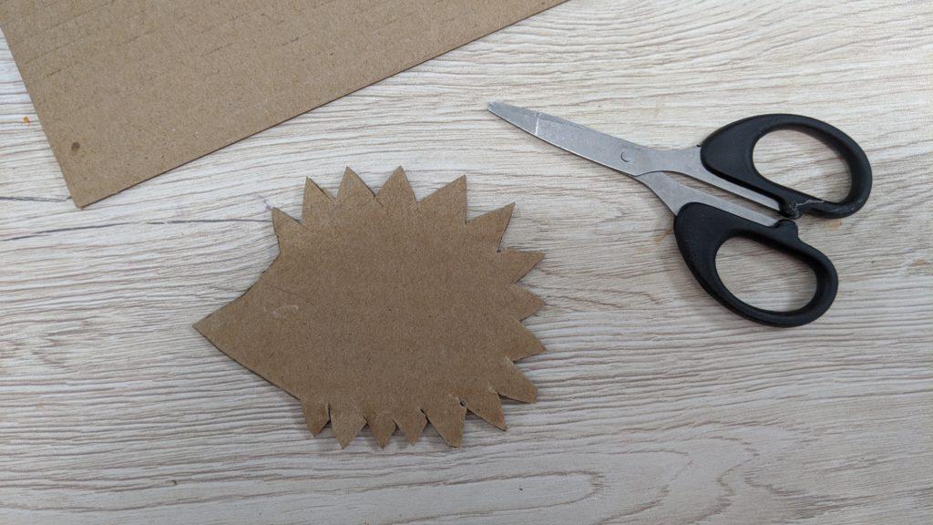 Activité d'automne : hérisson découpe de la forme en carton