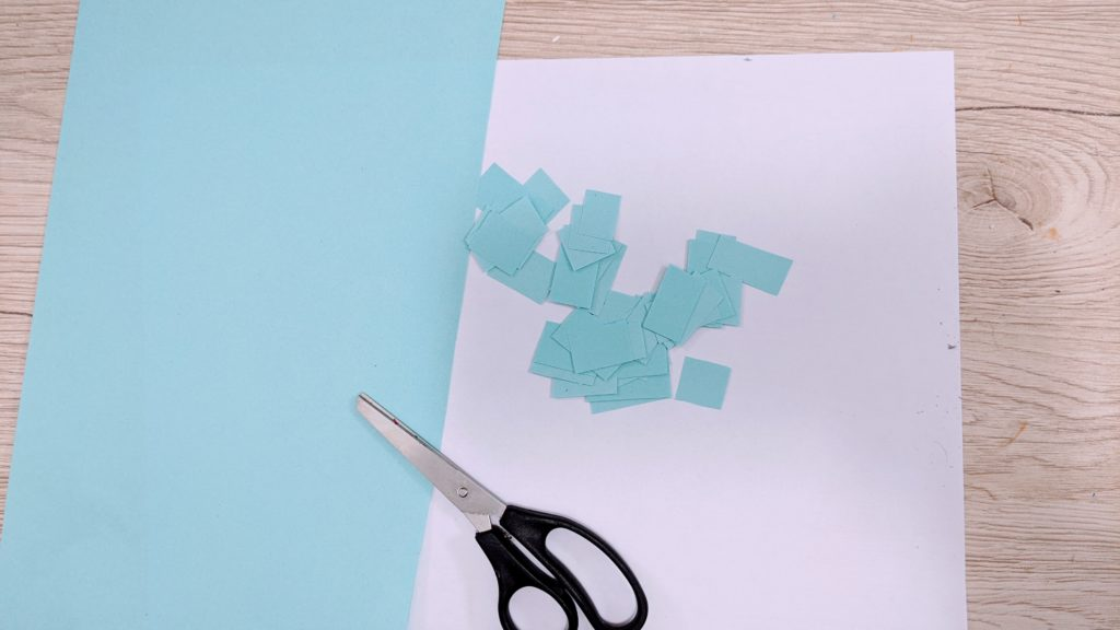 decouper des morceau de papier bleu